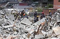 GUARULHOS,SP - 03-12-13 - DESABAMENTO DE PRÉDIO DE 5 ANDARES NA CIDADE DE GUARULHOS/SP. Equipes do corpo de bombeiros, tentam localizar corpo de pedreiro que estaria desaparecida. Foto: Geovani Velasquez / Brazil Photo Press