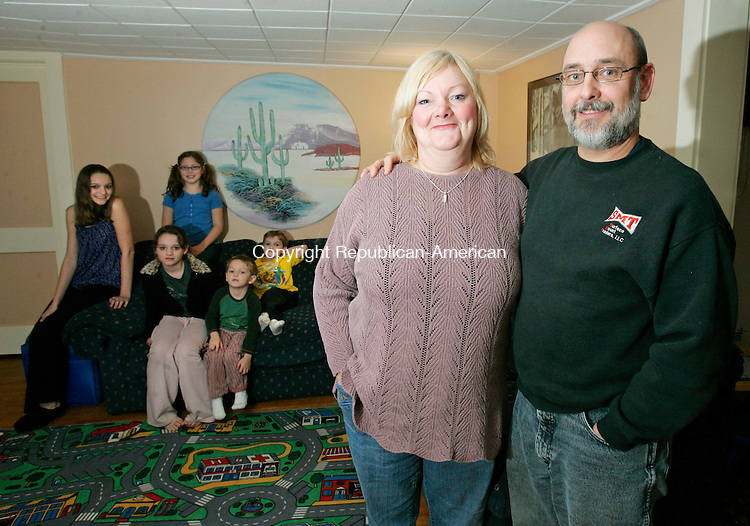 NAUGATUCK, CT, 12/10/08- 121008BZ05- Eileen and Robert Lingl pose with their children (from left) Bethany, 14, Mikayla, 12, Hannah, 9, Daniel, 4, and Ethan, 6.  Robert will become one of the first people in Connecticutto receive the world's first bionic hand with five independently moving fingers.<br /> Jamison C. Bazinet Republican-American