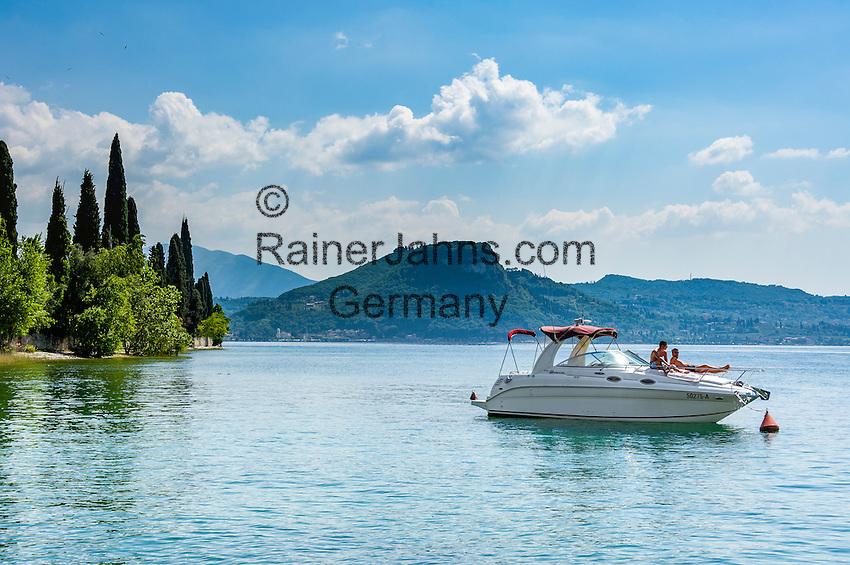 Italy, Veneto, Lake Garda, near Garda, Punta San Vigilio: headland with Locanda San Vigilio and small harbour   Italien, Venetien, Gardasee, bei Garda: Punta San Vigilio, Landzunge mit der Locanda San Vigilio und kleinem Hafen - beliebtes Ausflugsziel auch mit dem Boot