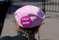 4415 / Friedensdemo: AMERIKA, VEREINIGTE STAATEN VON AMERIKA, WASHINGTON DC, (AMERICA, UNITED STATES OF AMERICA), 04.09.2006: Friedensdemonstranten vor dem White House , Code Pink, Women for Peace, Stop now the next war