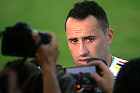 BARRANQUILLA - COLOMBIA - 05-10-2015: David Ospina (Der)  guardameta de la seleccion Colombia de futbol da declaraciones a la prensadespués del primer entrenamiento en el Polideportivo de la Universidad Autonoma del Caribe antes de su encuentro contra  la seleccion del Perú por la calsificación a la Copa Mundial de la FIFA Rusia 2018.  / David Ospina (R) goalkeeper of the Soccer Colombia Team gives statements to the press after the first training at Polideportivo of the Universidad Autonoma del  Caribe before match against of Peru Soccer team for the qualifying to 2018 FIFA World Cup Russia.<br /> Russia. Photo: VizzorImage / Alfonso Cervantes / Cont