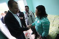 Osasco,SP - 28.07.2014 - INAUGURA&Ccedil;&Atilde;O COMIT&Ecirc; CASA DE EDUARDO E MARINA EM OSASCO EDUARDO CAMPOS E MARINA SILVA -  Foi inaugurada nesta manh&atilde; de segunda feira(28) o comit&ecirc; intitulado casa de Eduardo e Marina do candidato a presidente Eduardo Campos com presen&ccedil;a de sua vice Marina Silva em uma comunidade carente Jd. Alian&ccedil;a em Osasco.<br />na foto de camisa azul a dona da Casa do Maria - (Foto: Aloisio Mauricio / Brazil Photo Press)
