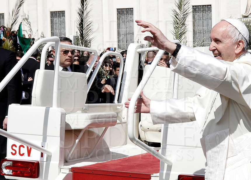 Pope Francis leaves after celebrating the Palm Sunday Mass in St. Peter's Square at the Vatican, on March 25, 2018.<br /> UPDATE IMAGES PRESS IsabellaBonotto<br /> <br /> STRICTLY ONLY FOR EDITORIAL USE