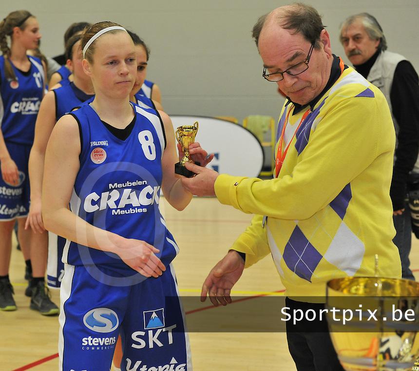 Beker Van Vlaanderen Seniores Dames ; Crack Blue Cats Ieper B - Basket Lummen A : Stephanie Norman krijgt een gouden beker na de gewonnen finale.foto VDB  / Bart Vandenbroucke