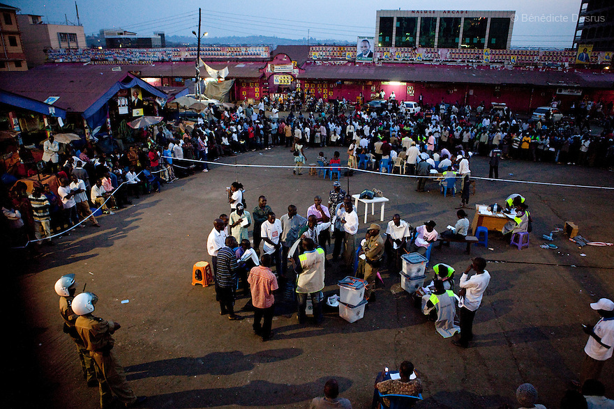 Friday 18 february 2011 - Kampala, Uganda - Ugandans observe the counting procedure at a polling station in Nakasero market in Kampala. Ugandans vote on Friday in elections expected to return long-serving President Yoweri Museveni to power, with a fragmented opposition crying foul even before the ballot. Photo credit: Benedicte Desrus