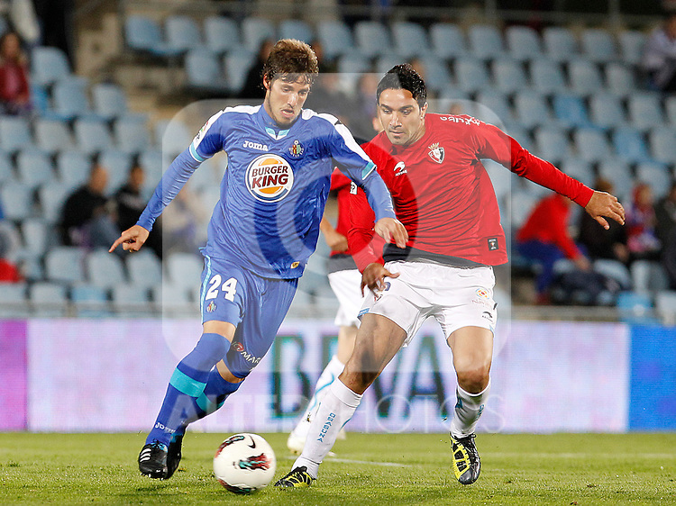 Getafe's Ruben Perez (l) and Osasuna's Javad Nekounam during La Liga match.October 26,2011. (ALTERPHOTOS/Acero)