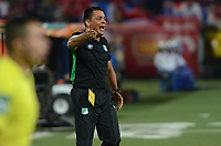 MEDELLÍN - COLOMBIA, 14-09-2017: Hector Cardenas técnico de Deportivo Cali gesticula durante el partido con Independiente Medellín por la semifinal ida de la Copa Águila 2017 jugado en el estadio Atanasio Girardot de la ciudad de Medellín. / Hector Cardenas coach of Deportivo Cali gestures during first leg match against Independiente Medellin for the semifinal of the Aguila Cup 2017 played at Atanasio Girardot stadium in Medellin city. Photo: VizzorImage/ León Monsalve / Cont