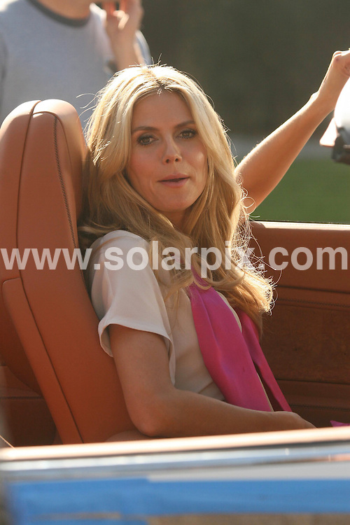 **ALL ROUND PICTURES FROM SOLARPIX.COM**.**WORLDWIDE SYNDICATION RIGHTS EXCEPT FOR USA, AUSTRALIA & GERMANY**.model Heidi Klum was spotted doing a photo shoot for an unknown client in Beverly Hills, California, USA. 20th November 2008..JOB REF: 7974 LAS       DATE: 20_11_2008.**MUST CREDIT SOLARPIX.COM OR DOUBLE FEE WILL BE CHARGED* *UNDER NO CIRCUMSTANCES IS THIS IMAGE TO BE REPRODUCED FOR ANY ONLINE EDITION WITHOUT PRIOR PERMISSION*