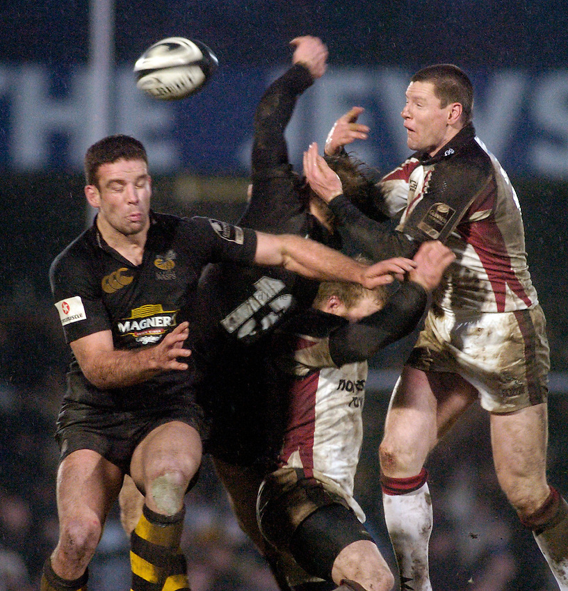 Photo: Jonathan Butler..London Wasps v Newcastle Falcons. Guinness Premiership. 08/01/2006..Wasps' Joe Worsley (lt) and Falcons' Matthew Burke challenge for a high ball.