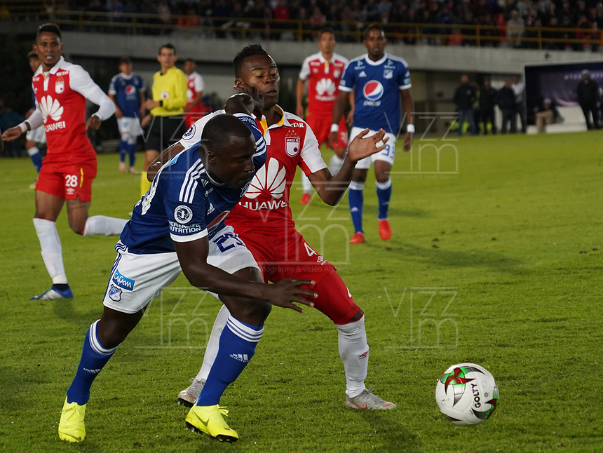 BOGOTA - COLOMBIA, 15-01-2019: Eliser Quiñones (Izq) Jugador de Millonarios, disputa balon con Carlos Arboleda (Der) jugador del Independiente Santa Fe, durante partido entre Independiente Santa Fe y Millonarios, por el Torneo Fox Sports 2019, jugado en el estadio Nemesio Camacho El Campin de la ciudad de Bogotá. / Elíser Quiñones (L) player of Millonarios vies for the ball with Carlos Arboleda (R) Player of Independiente Santa Fe during a match between Independiente Santa Fe and Millonarios, for the Fox Sports Tournament 2019, played at the Nemesio Camacho El Campin stadium in the city of Bogota. Photo: VizzorImage / Diego Cuevas / Cont.