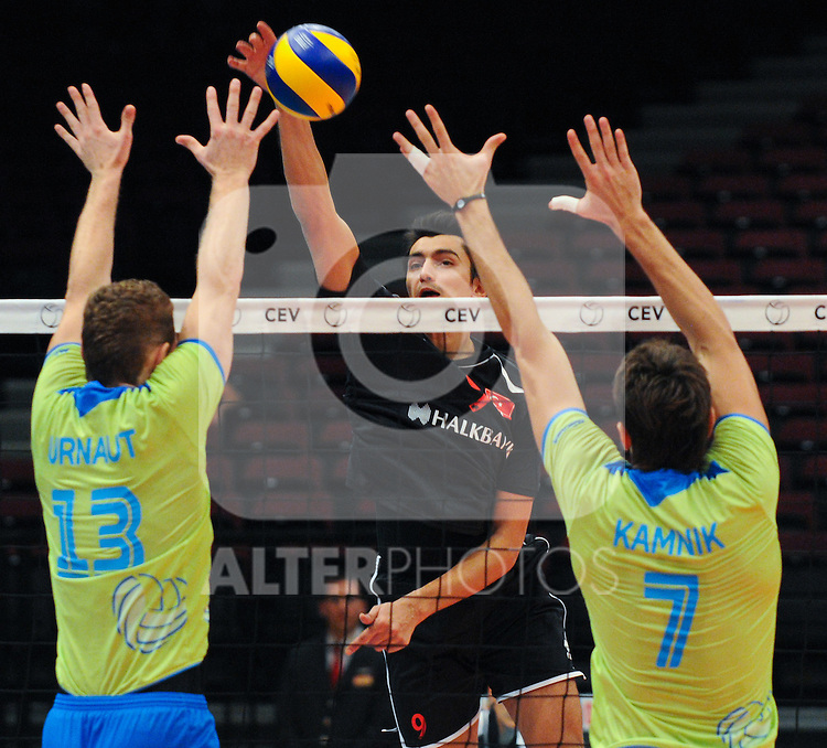 12.09.2011, Stadthalle, Wien, AUT, CEV, Europaeische Volleyball Meisterschaft 2011, Tuerkei vs Slowenien, im Bild Serhat Coskun, (TUR, #9, Wing-Spiker) gegen Tine Urnaut, (SLO, #13, Wing-Spiker) und Matevz Kamnik, (SLO, #7, Middle-Blocker)  // during the european Volleyball Championship Turkey vs Slovenia, at Stadthalle, Vienna, 2011-09-12, EXPA Pictures © 2011, PhotoCredit: EXPA/ M. Gruber