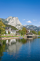 Austria; Styria; Styrian Salzkammergut; Ausseer Land, Grundlsee: autumn scene at lake with Backenstein mountain | Oesterreich, Steiermark, Steirisches Salzkammergut, Ausseer Land, Grundlsee: Herbststimmung am See vorm Backenstein