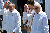 HAB14. LA HABANA (CUBA), 30/03/2011.- El presidente cubano, Raúl Castro (i), despide al expresidente de Estados Unidos Jimmy Carter (d) hoy, miércoles 30 de marzo de 2011, en el aeropuerto José Martí de La Habana, al término de su visita de tres días a Cuba. EFE/Alejandro Ernesto.