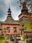 Skwirtne 04-10-2019. Cerkiew filialna greckokatolicka św. św. Kosmy i Damiana w Skwirtnem zbudowana w 1837 r. Po 1947 przejęta przez kościół rzymskokatolicki.Jest to jedna z piękniejszych cerkwi zachodniłemkowskich. Świątynia jest cerkwią łemkowską typu północno-zachodniego. Uznawana jest za modelowy przykład XIX-wiecznej cerkwi wzniesionej w tym stylu. Cerkiew wybudowano z drewna. Obecnie użytkowana jako kościół filialny parafii Matki Bożej Nieustającej Pomocy w Uściu Gorlickim. Obok cerkwi znajduje się niewielki cmentarzyk, na którym zachowało się wiele dawnych, kamiennych krzyży. Cerkiew wpisano na listę zabytków w 1991. Została włączona do małopolskiego Szlaku Architektury Drewnianej.
