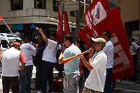 SÃO PAULO, SP, 06 DE FEVEREIRO DE 2012 - MANIFESTACAO LEILAO AEROPORTOS - Manifestantes do Sindicato Nacional dos Aeroviários protestam contra  o leilão dos Aeroportos de Guarulhos, Brasília e Viracopos, na frente da Bolsa de Valores, onde aconteceu os leilões, no início da tarde desta segunda-feira, no centro da cidade. FOTO: ALEXANDRE MOREIRA - NEWS FREE.