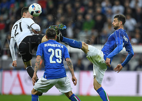 29.03.2016. Munich, Germany. International soccer match between Germany and Italy, at the Allianz Arena in Munich. Julian Draxler (Ger) challenges Federico Bernardeschi and Thiago Motta (Ita)