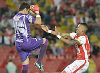 BOGOTÁ -COLOMBIA, 03-10-2015. Francisco Meza (Der) jugador de Independiente Santa Fe disputa el balón con Sebastian Viera (Izq) jarquero de Atlético Junior durante partido por la fecha 15 de la Liga Aguila II 2015 jugado en el estadio Nemesio Camacho El Campín de la ciudad de Bogotá./ Francisco Meza (R) player of Independiente Santa Fe fights for the ball with Sebastian Viera (L) goalkeeper of Atletico Junior during the match for the date 15 of the Aguila League II 2015 played at Nemesio Camacho El Campin stadium in Bogotá city. Photo: VizzorImage/ Gabriel Aponte / Staff