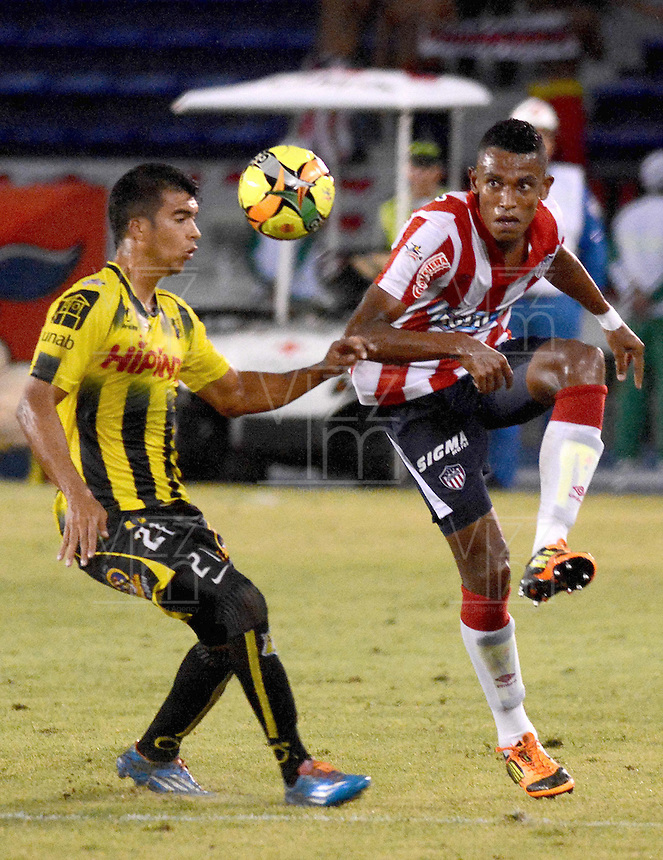 BARRANQUIILLA -COLOMBIA-07-09-2014. William Tesillo (Der) jugador de Atlético Junior disputa el balón con Juan G Arboleda (Izq) jugador de Alianza Petrolera durante partido por la fecha 8 de la Liga Postobón II 2014 jugado en el estadio Metropolitano Roberto Meléndez de la ciudad de Barranquilla./ William Tesillo (R) player Atletico Junior fights for the ball with Juan G Arboleda (L) player of Alianza Petrolera during match for the 8th date of the Postobon League II 2014 played at Metropolitano Roberto Melendez stadium in Barranquilla city.  Photo: VizzorImage/Alfonso Cervantes/STR