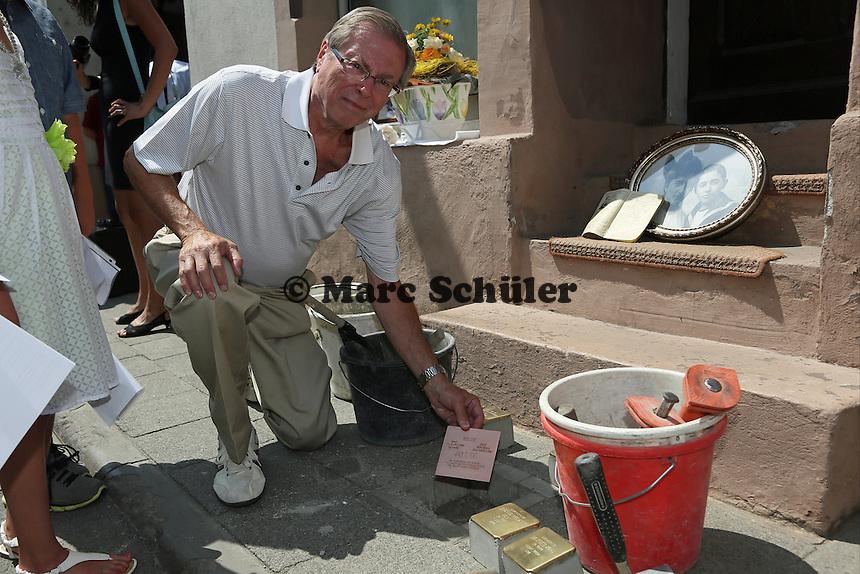 Monroe Kahn mit der Kupferplatte zum Gedenken an seine vertriebenen Vorfahren - Stolpersteinverlegung in Geinsheim