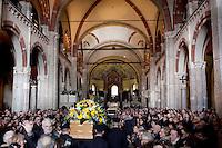 Milano: La bara di Enzo Jannacci arriva in Sant Ambrogio per i funerali