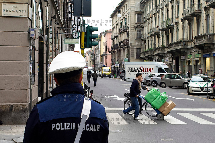 milano, quartiere sarpi - chinatown. nei primi giorni di zona a traffico limitato (ztl) in via paolo sarpi, in cui si vieta anche l'uso di carrelli per trasporto merci al di fuori degli orari consentiti, la polizia locale è tollerante con chi trasgredisce --- milan, sarpi district - chinatown. on the first days of closing to traffic of paolo sarpi street, where goods transport with trolleys is also only allowed within certain hours, the local police is tolerant with trasgressors
