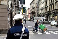 milano, quartiere sarpi - chinatown. nei primi giorni di zona a traffico limitato (ztl) in via paolo sarpi, in cui si vieta anche l'uso di carrelli per trasporto merci al di fuori degli orari consentiti, la polizia locale è tollerante con chi trasgredisce --- milan, sarpi district - chinatown. on the first days of closing to traffic of paolo sarpi street, where goods transport with trolleys is also only allowed within certain hours, the local police is tolerant with trasgressors