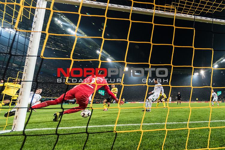 05.02.2019, Signal Iduna Park, Dortmund, GER, DFB-Pokal, Achtelfinale, Borussia Dortmund vs Werder Bremen<br /><br />DFB REGULATIONS PROHIBIT ANY USE OF PHOTOGRAPHS AS IMAGE SEQUENCES AND/OR QUASI-VIDEO.<br /><br />im Bild / picture shows<br />Tor 3:2, Achraf Hakimi (Dortmund #05) mit Torschuss und Treffer zum 3:2 gegen Jiri Pavlenka (Werder Bremen #01), <br />aufgenommen mit remote / Hintertorkamera, <br /><br />Foto © nordphoto / Ewert
