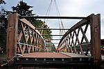 """HARDERWIJK - Ten zuiden van Harderwijk is in opdracht van Heijmans Beton- en Waterbouw een 51 meter lange, door Groot Lemmer gebouwde houten brug op zijn plaatst getild over de provinciale weg. De door Zwarts en Jansma Architecten ontworpen brug voor fietsers en voetgangers, is een belangrijke schakel voor de noord-zuid verbinding tussen Flevoland en de Veluwe, en bestaat uit een middenoverspanning van 28 meter en 2 aanbruggen van 11,5 meter. De 140 ton zware brug is opgebouwd uit ongeveer 100 m3 Azobé hout voorzien van een FSC-certificaat, waarbij de lagen hout onderling zijn verbonden door van stalen pennen. Met zijn 51 meter lengte is de houten brug volgens wethouder Rob Daamen (verkeer),,één van de grootste van Europa"""". COPYRIGHT TON BORSBOOM"""