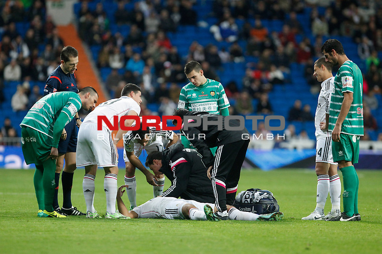 Real Madrid¥s medical services assist Sami Khedira after getting injured during Spanish King Cup match between Real Madrid and Cornella at Santiago Bernabeu stadium in Madrid, Spain. May 26, 2013. Foto © nph / Victor Blanco)