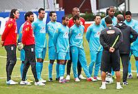 ATENÇÃO EDITOR: FOTO EMBARGADA PARA VEÍCULOS INTERNACIONAIS - COTIA,SP,04 SETEMBRO 2012 - TREINO SELEÇÃO BRASILEIRA - Mano Menezes conversa com jogadores durante treino da seleção brasileira na tarde de hoje no CT do São Paulo em Cotia.FOTO ALE VIANNA - BRAZIL PHOTO PRESS.