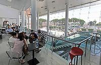 NAPOLI AEROPORTO DI CAPODICHINO.TURISTI IN ATTESA  AL BAR.FOTO CIRO DE LUCA