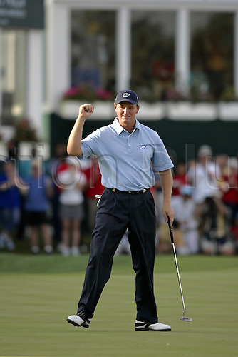 6 March 2005: South African golfer Ernie Els (RSA) punches the air after making an eagle on the 18th green to win the Dubai Desert Classic held on the Majlis Course at the Emirates Golf Club, Dubai, United Arab Emirates. Els won by one stroke after finishing on 19 under par. Photo: Neil Tingle/Action Plus..050306 male man men golf golfer golfers win winners winner celebrations celebration celebrates celebrate joy celebrating