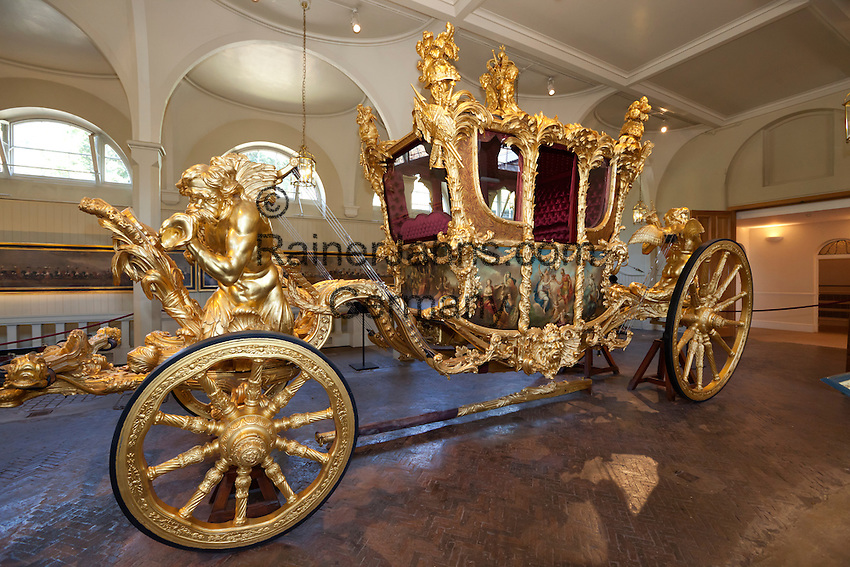 United Kingdom, London: Gold State Coach inside the Royal Mews at Buckingham Palace. Built for King George 3rd in 1762. Sculptures by Joseph Wilton and panels painted by Giovanni Battista Cipriani | Grossbritannien, England, London: goldene Staatskarosse in den Royal Mews des Buckingham Palace, gebaut 1762 fuer Koenig George III., die Figuren sind von Joseph Wilton und die Blenden bemalt von Giovanni Battista Cipriani