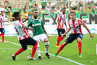 CALI - COLOMBIA -22-10-2016: Ronnie Fernandez (Der.) jugador de Deportivo Cali disputa el balón con Faber Cañaveral (Izq.) jugador de Atletico Junior, durante partido entre Deportivo Cali y Atletico Junior por la fecha 17 de la Liga Aguila II-2016, jugado en el estadio Deportivo Cali (Palmaseca) de la ciudad de Cali. / Ronnie Fernandez (R) player of Deportivo Cali vies for the ball with Faber Cañaveral (L) player of Atletico Junior, during a match between Deportivo Cali and Atletico Junior, for the date 17 for the Liga Aguila II-2016 at the Deportivo Cali (Palmaseca) stadium in Cali city. Photo: VizzorImage  / Nelson Rios / Cont.