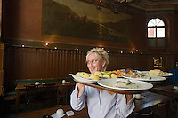 Europe/Allemagne/Bade-Würrtemberg/Heidelberg: Brasserie KulturBrauerei Service au restaurant [A l'arrière plan tableau représente Heidelberg et son Chateau]