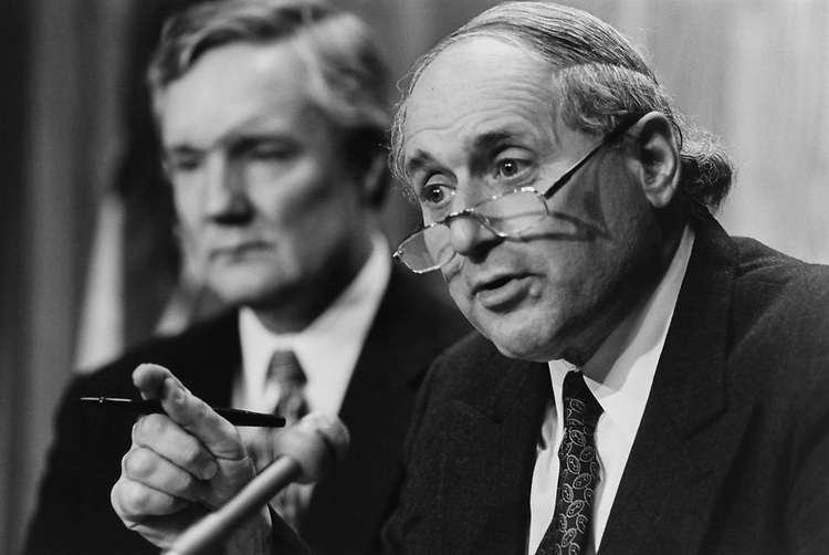 Sen, Carl Levin, D-Mich., and Rep. Ed Bryant, R-Tenn., on lobbying reforms on Oct. 10, 1994. (Photo by Laura Patterson/CQ Roll Call via Getty Images)