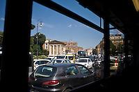 Traffico caotico in una strada del centro.<br /> Straggling traffic in the center