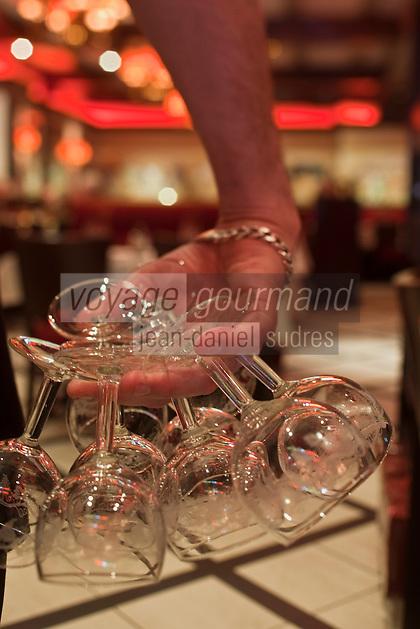 Europe/France/Nord-Pas-de-Calais/Pas-de-Calais/62/Le Touquet: Brasserie: Les Sports - les serveurs dressent les tables