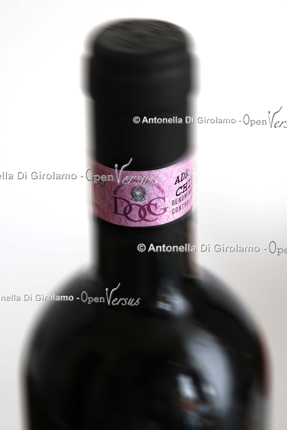 Cibi e bevande. Food and beverages..Bottiglie di vino rosso D.O.C.G. , denominazione di origine controllata e garantita. Bottles of red wine D.O.C.G. , designation of origin and guaranteed. .....