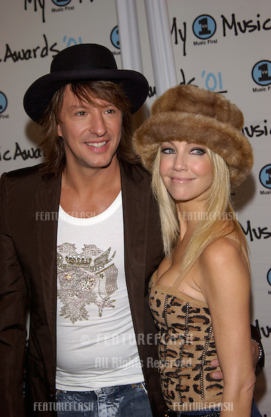 Actress HEATHER LOCKLEAR & rock star husband RICHIE SAMBORA at the My VH1 Music Awards in Los Angeles..02DEC2001.  © Paul Smith/Featureflash