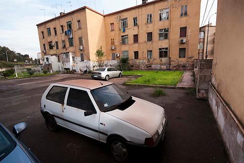 Taranto, Italie, Jan 2010. Quartier de Tamburi. Tarente est la ville la plus polluée par émissions industrielles en Europe. A Tarente, chacun des 210 000 habitants respire chaque année 2,7 tonnes de monoxyde de carbone et 57,7 tonnes de dioxydes de carbones. Le quartier ouvrier de Tamburi, tout proche de la zone industrielle souffre très directement de la pollution industrielle.  Image issue de la Serie La Poussiere Rouge.