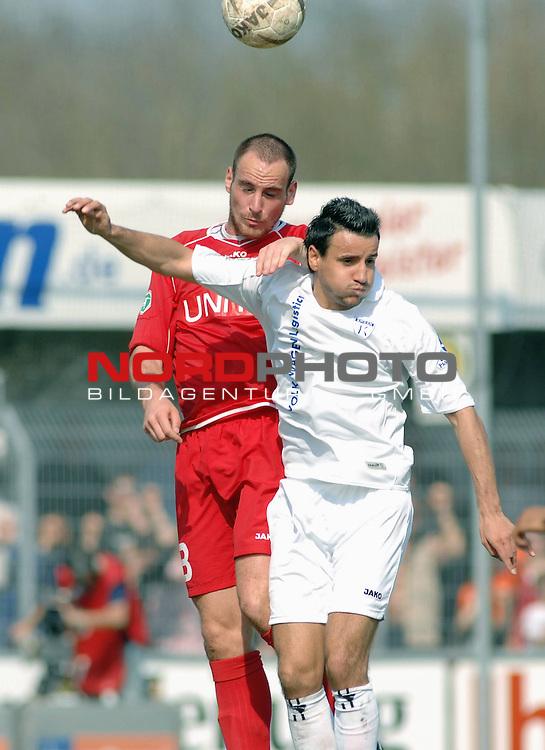 3. FBL 2008/2009 31. Spieltag RŁckrunde BSV Kickers Emden vs. SSV Jahn Regensburg, Tobias Schlauderer (Regensburg #8) gegen Tom Moosmayer (Emdenn #8), rechts Moses Bambara (Regensburg #7) , Foto © nph (nordphoto)