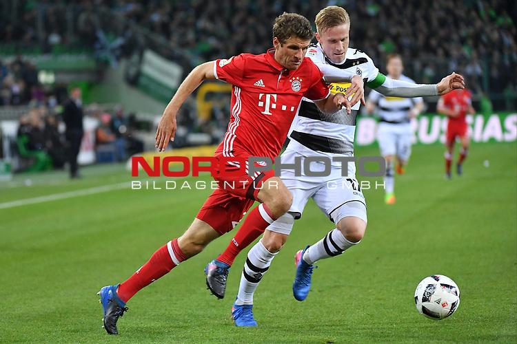 19.03.2017, Borussia-Park, Moenchengladbach, GER, 1.FBL., Borussia M&ouml;nchengladbach. vs. FC Bayern Muenchen<br /> <br /> im Bild / picture shows: <br /> Thomas Mueller (FC Bayern Muenchen #25),im Zweikampf gegen Oscar Wendt (Gladbach #17),<br /> <br /> <br /> Foto &copy; nordphoto / Meuter