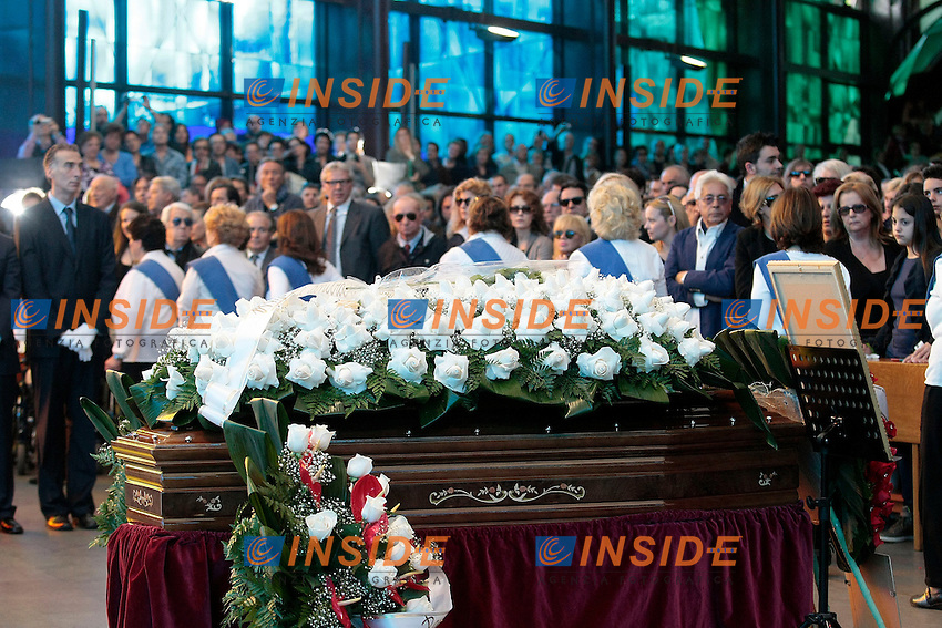 La bara<br /> Roma 30/05/2013 Funerali di Little Tony alla chiesa del Divino Amore alla periferia di Roma.<br /> Migliaia di persone sono accorse a dare l'ultimo saluto al cantante.<br /> Photo Samantha Zucchi Insidefoto