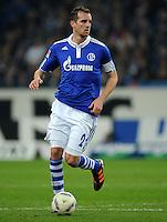 FUSSBALL   1. BUNDESLIGA   SAISON 2011/2012    15. SPIELTAG FC Schalke 04 - FC Augsburg            04.12.2011 Christoph Metzelder (FC Schalke 04) Einzelaktion am Ball