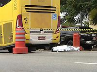 SAO PAULO, SP, 26-05-2014, ATROPELAMENTO. Uma pessoa morreu após ser atropelada por um onibus na manha dessa segunda-feira (26), na Av. Zaki Narchi em frente ao Deic.          Luiz Guarnieri/ Brazil Photo Press.