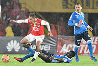 BOGOTÁ -COLOMBIA, 25-03-2017. Anderson Plata (Izq.) jugador de Santa Fe disputa el balón con Deiver Machado (Der.) jugador del Millonarios durante el encuentro de vuelta entre Independiente Santa Fe y Millonarios partido aplazado por la fecha 2 de la Liga Aguila I 2017 jugado en el estadio Nemesio Camacho El Campin de la ciudad de Bogota. / Anderson Plata (L) player of Santa Fe struggles for the ball with Deiver Machado (R) player of Millonarios during postponed match between Independiente Santa Fe and Millonarios for date 2 of the Aguila League I 2017 played at the Nemesio Camacho El Campin Stadium in Bogota city. Photo: VizzorImage/ Gabriel Aponte / Staff