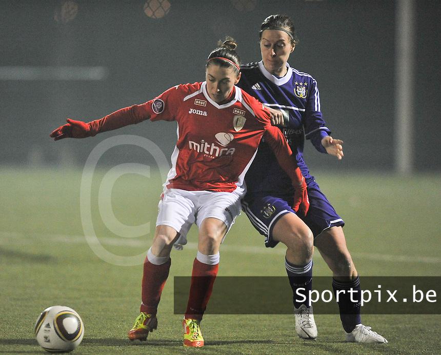 RSC Anderlecht - Standard Femina : duel tussen Audrey Demoustier (links) en Cynthia Browaeys.foto DAVID CATRY / Vrouwenteam.be