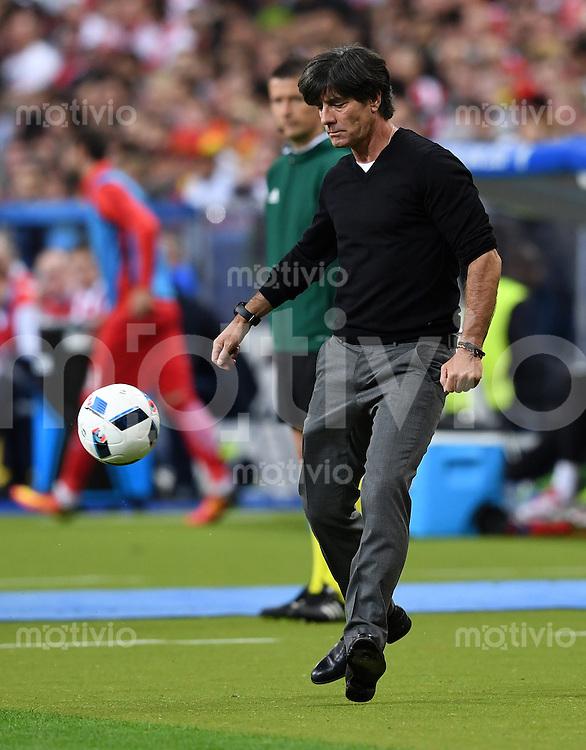 FUSSBALL EURO 2016 GRUPPE C IN PARIS Deutschland - Polen    16.06.2016 Trainer Joachim Loew (Deutschland) spielt den Ball an der Seitenlinie