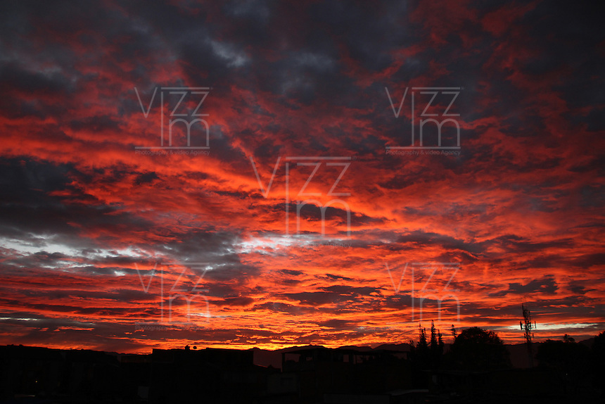 BOGOTA -COLOMBIA. 23-OCTUBRE-2014. Amanecer en la capital sin paro de transportes . Sunrise over the capital without transit strike.   Photo: VizzorImage/ Felipe Caicedo / Staff
